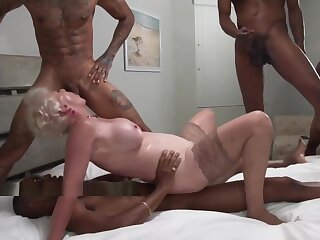 Peaches Granny enjoys sample deepness not later than an Interracial Gangbang